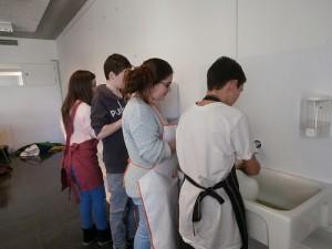 Cada grup neteja els estris que ha utilitzat per cuinar.