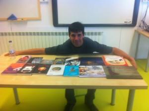 El Roberto amb els seus contes i llibres publicats.