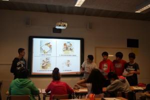 Un grup explicant les fases de la donació de sang a la resta de companys/es.