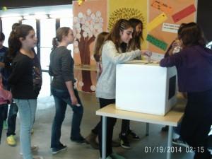 Alumnat d'ESO votant els seus representant al consell escolar.
