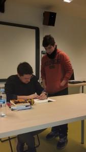 L'escriptor signant un autògraf a un alumne de 4t d'ESO, al final de la xerrada.