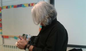 L'escriptor signant un autògraf.